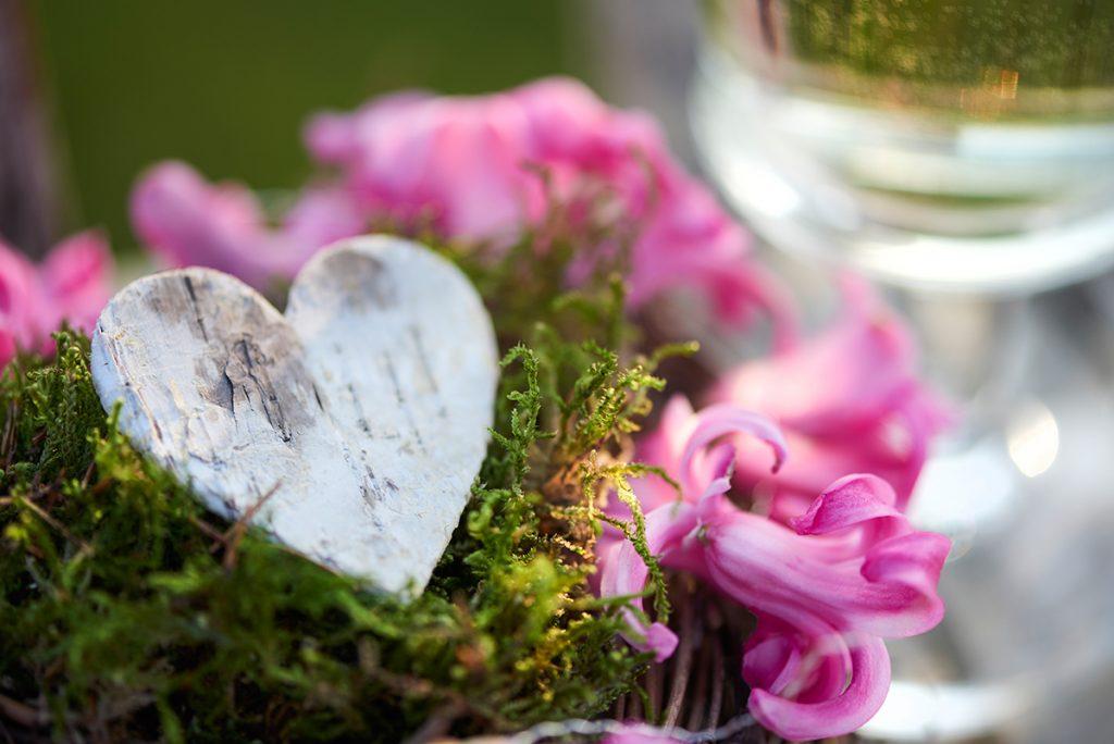 dekoration-fuer-happy-valentine-quiche-mit-rosenkohl-zwiebeln-parmesan-foto-maike-helbig-www.myotherstories.de