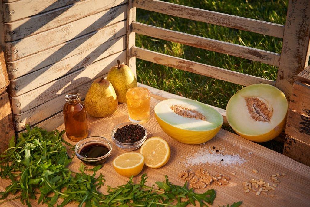 zutaten-fuer-rucola-birnen-salat-mit-honigmelone-nuessen-und-suessem-dressing-foto-maike-helbig-fuer-www.myotherstories.de