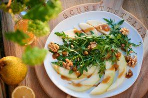 Rucola-Birnen-Salat mit Honigmelone und Walnuss-Apfel-Dressing