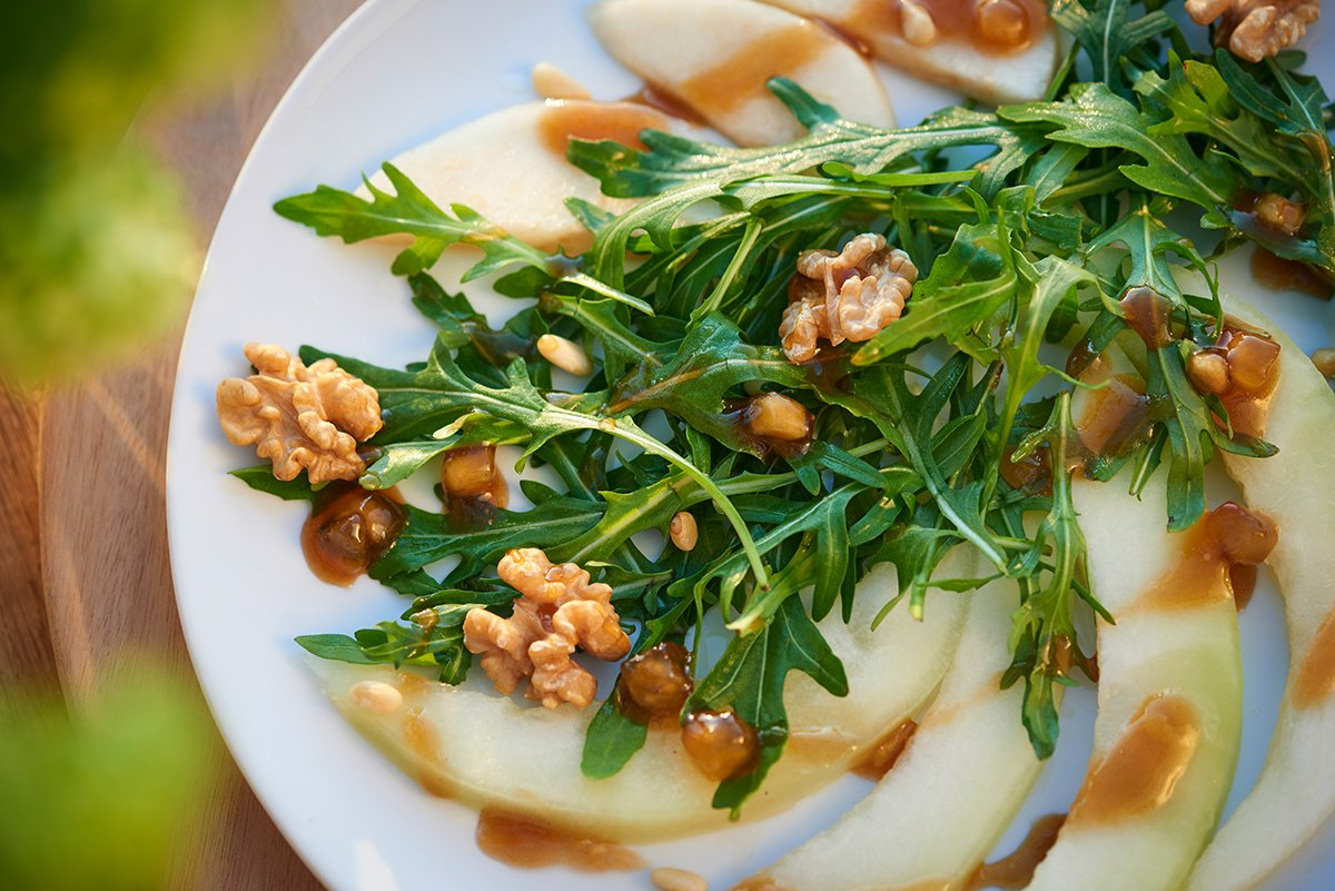 rucola-birnen-salat-mit-honigmelone-nuessen-und-suessem-dressing-foto-maike-helbig-fuer-www.myotherstories.de