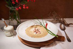 Jetzt was Warmes: Würzige Pastinaken-Suppe mit rotem Pfeffer und geschmolzenem Schafskäse