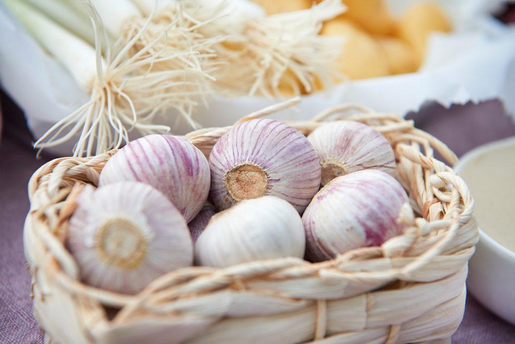 knoblauch-fuer-geroestete-karamell-karotten-mit-kartoffeln-und-joghurt-zitronen-dip-foto-maike-helbig-fuer-www.myotherstories.de