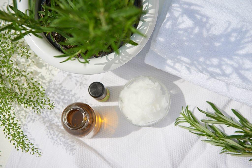zutaten-fuer-kokos-koerperbutter-mit-rosmarin-und-olivenoel-foto-maike-helbig-fuer-bettina-bergwelt-www.myotherstories.de