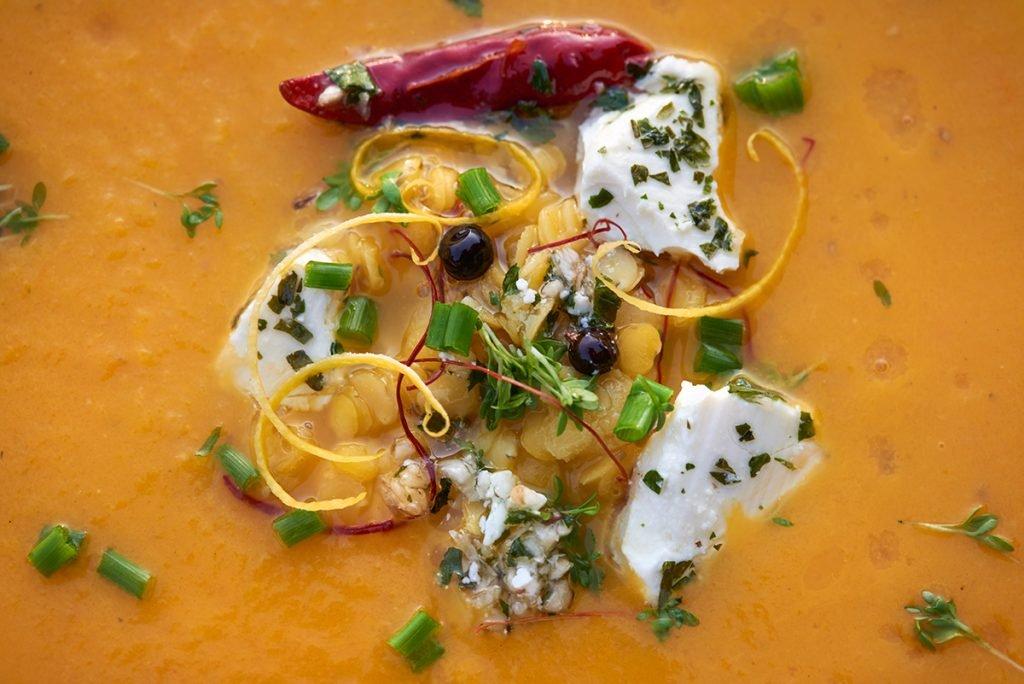 topping-fuer-gemuese-suppe-mit-linsen-tomaten-und-schafskaese-foto-maike-helbig-www.myotherstories.de
