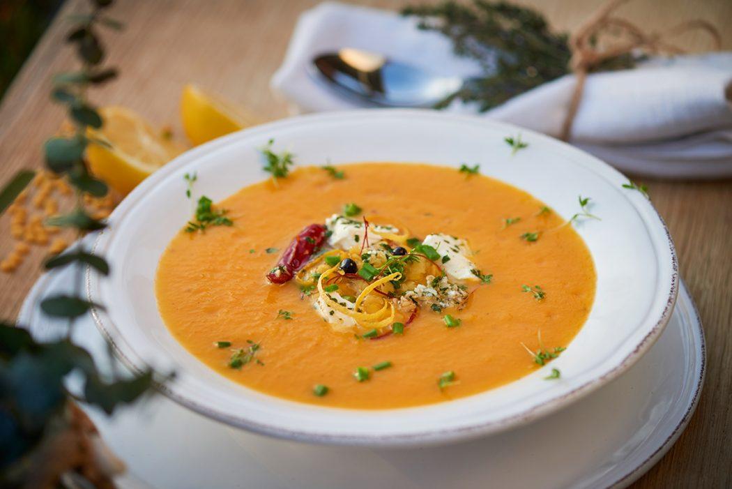 paprika-karotten-suppe-mit-linsen-tomaten-und-schafskaese-foto-maike-helbig-www.myotherstories.de
