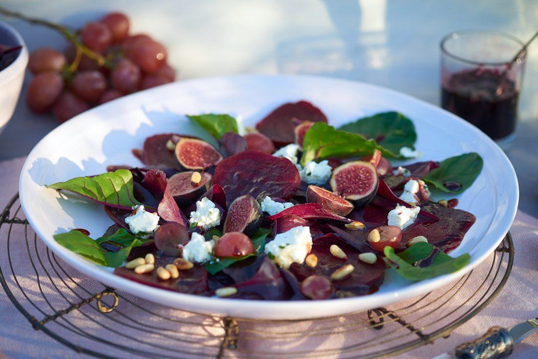 rote-bete-salat-mit-mildem-ziegenkaese-mangold-feigen-und-johannisbeer-dressing-foto-maike-helbig-fuer-www.myotherstories.de