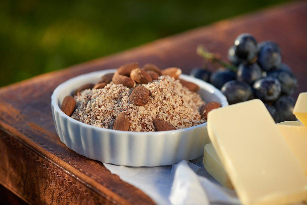 gemahlene-mandeln-fuer-tartelettes-mit-vanille-creme-feigen-und-weintrauben-foto-maike-helbig-fuer-www.myotherstories.de