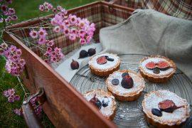 mandel-tartelettes-mit-vanille-creme-feigen-und-weintrauben-foto-maike-helbig-fuer-www.myotherstories.de