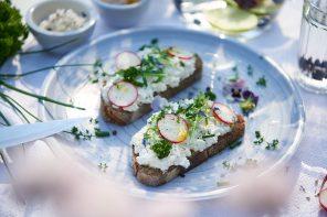 Blütenbrot mit Cottage-Cheese, Radieschen und Zitronenöl