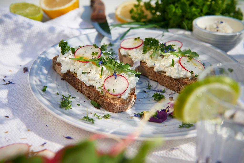 bluetenbrot-mit-cottage-cheese-radieschen-und-zitronenöl-foto-maike-helbig-fuer-www.myotherstories.de