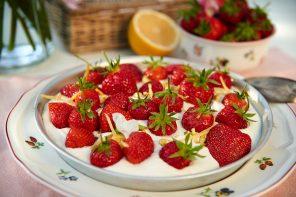 Bauernrahm mit Erdbeeren, Vanille und Orangenlikör