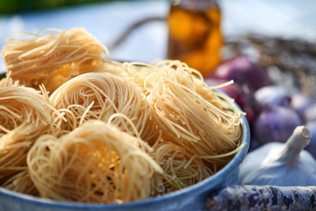 zutaten-fuer-geroestete-moehren-mit-schafskaese-oliven-und-pasta-foto-maike-helbig-www.myotherstories.de