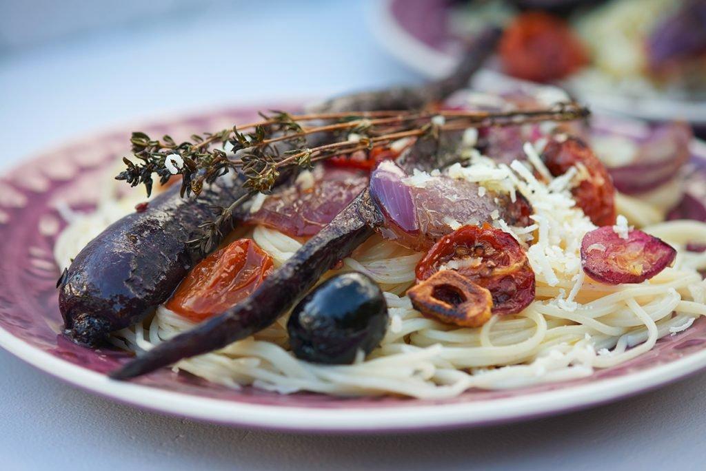 pasta-mit-geroesteten-moehren-mit-schafskaese-oliven-und-tomaten-foto-maike-helbig-www.myotherstories.de