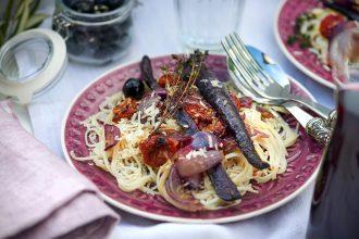 pasta-mit-geroesteten-moehren-schafskaese-oliven-und-tomaten-foto-maike-helbig-www.myotherstories.de