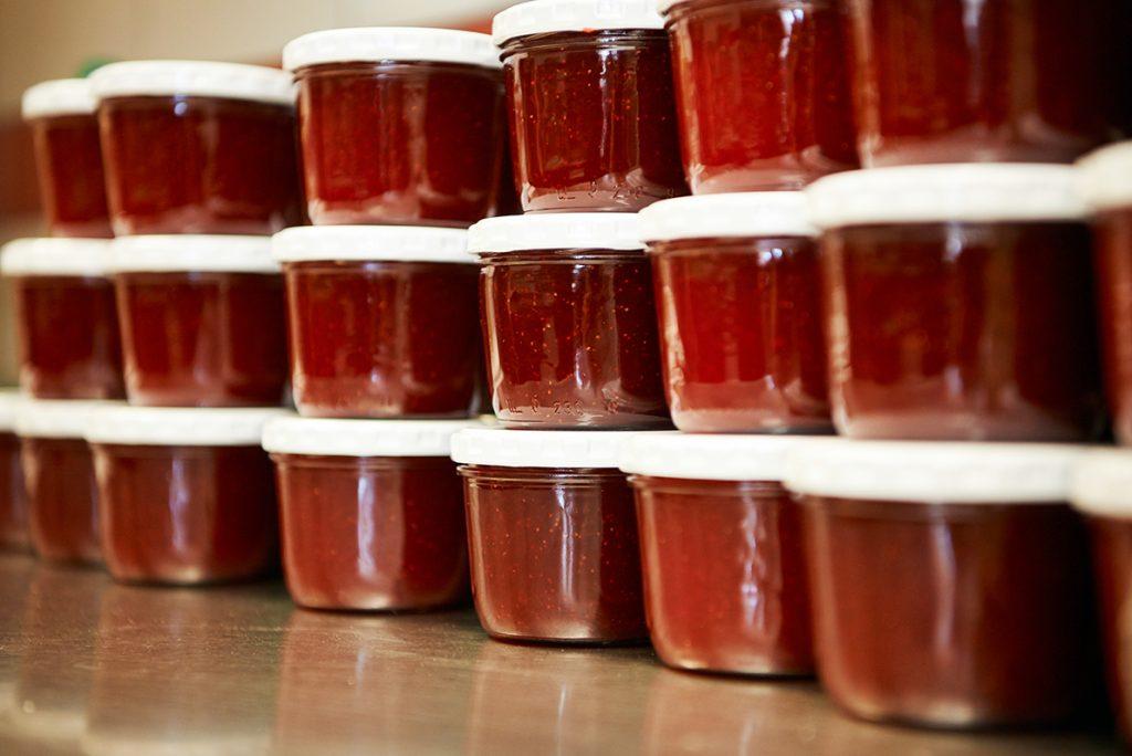 eingekochte-marmeladen-fuer-bericht-traumhaftes-landleben-von-kartoffeln-pferden-und-blaubeerkuchen-foto-maike-helbig-fuer-www.myotherstories.de