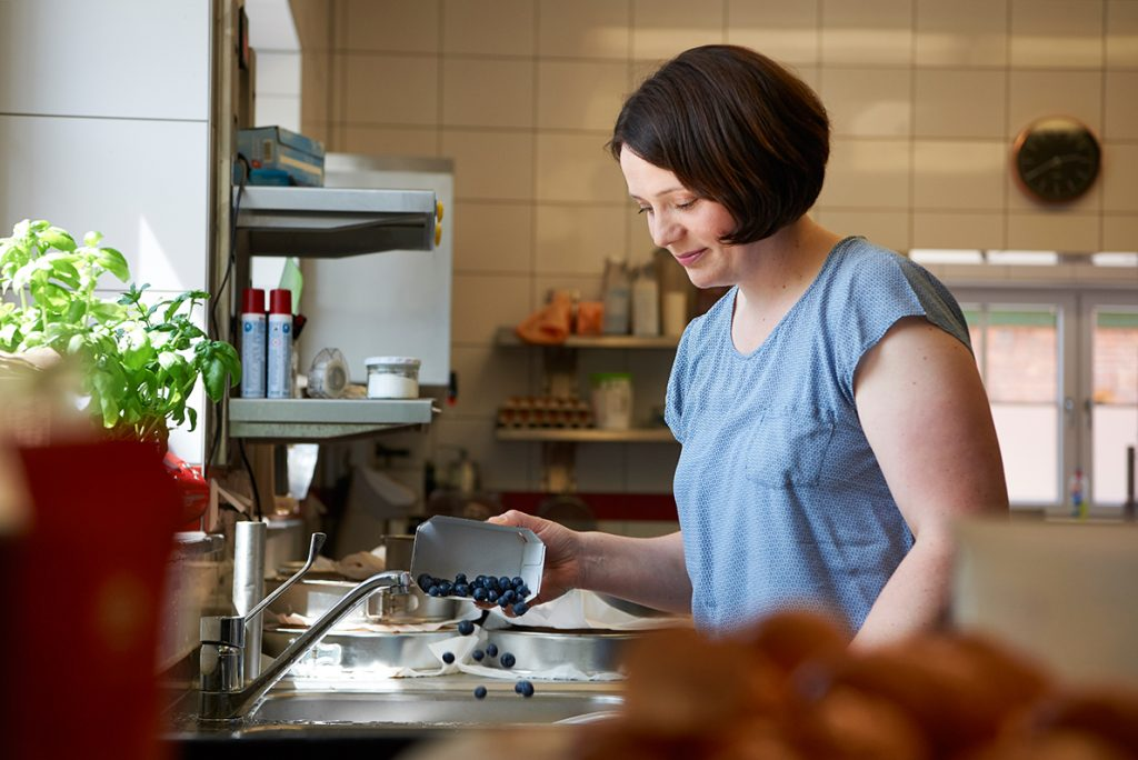 beeren-waschen-fuer-blueberry-cheesecake-mit-viel-vanille-foto-maike-helbig-fuer-www.myotherstories.de