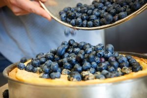 beeren-auf-blueberry-cheesecake-fuellen-foto-maike-helbig-fuer-www.myotherstories.de