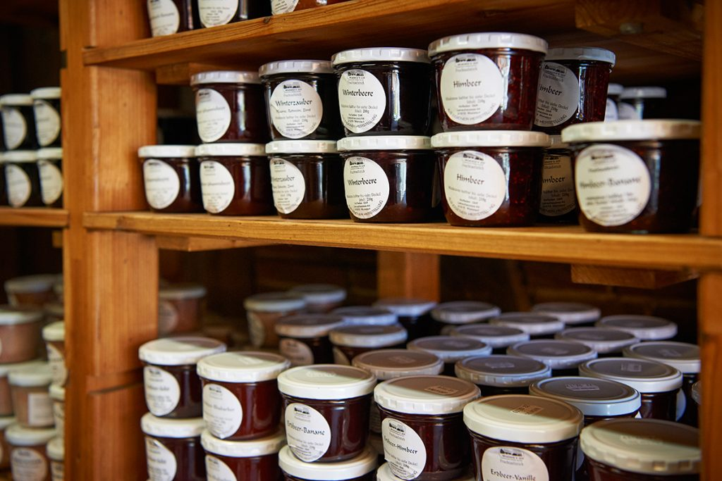 marmeladen-im-hofladen-fuer-bericht-traumhaftes-landleben-von-kartoffeln-pferden-und-blaubeerkuchen-foto-maike-helbig-fuer-www.myotherstories.de