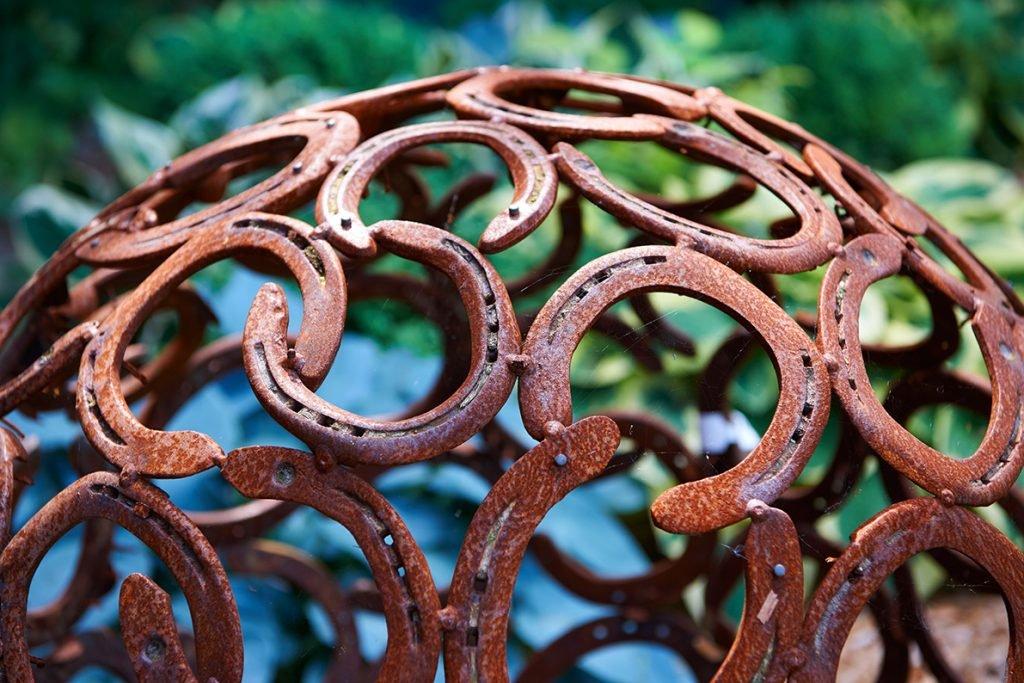 metall-skulptur-bericht-traumhaftes-landleben-von-kartoffeln-pferden-und-blaubeerkuchen-foto-maike-helbig-fuer-www.myotherstories.de