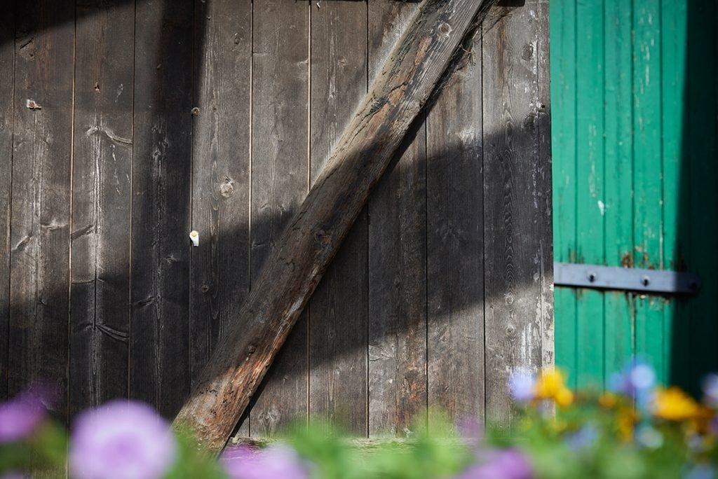 hoftuer-fuer-bericht-traumhaftes-landleben-von-kartoffeln-pferden-und-blaubeerkuchen-foto-maike-helbig-fuer-www.myotherstories.de