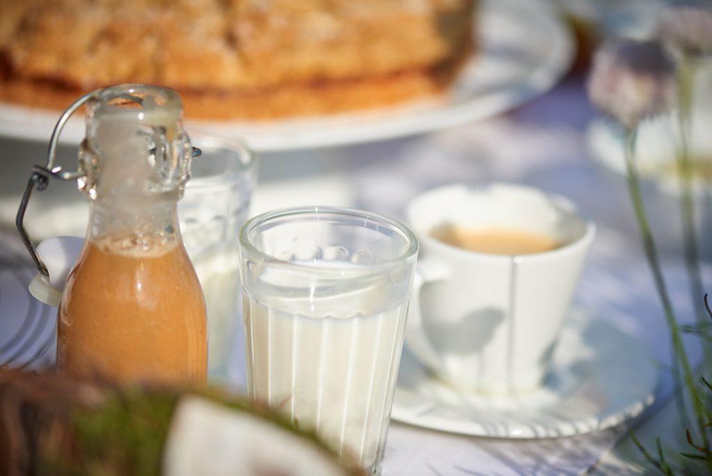 kaffeetisch-mit-apfel-kuchen-mit-streuseln-weisser-schokolade-und-karamell-sahne-foto-maike-helbig-fuer-www.myotherstories.de