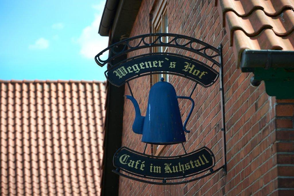 cafe-schild-fuer-bericht-traumhaftes-landleben-von-kartoffeln-pferden-und-blaubeerkuchen-foto-maike-helbig-fuer-www.myotherstories.de