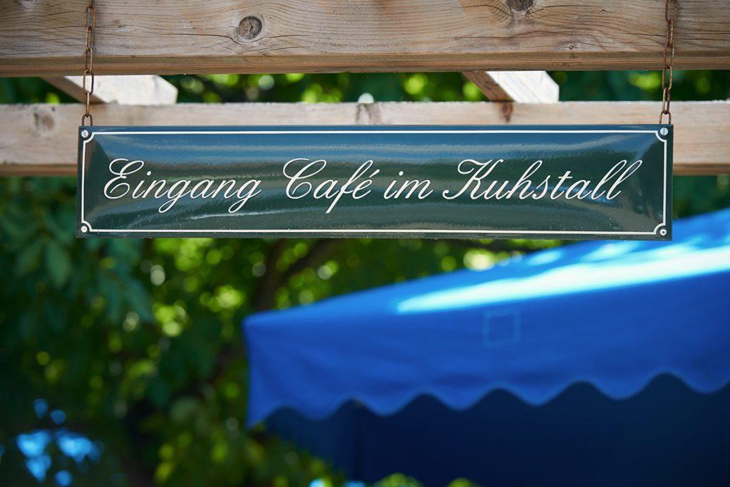 schild-bauernhof-cafe-traumhaftes-landleben-von-kartoffeln-pferden-und-blaubeerkuchen-foto-maike-helbig-fuer-www.myotherstories.de