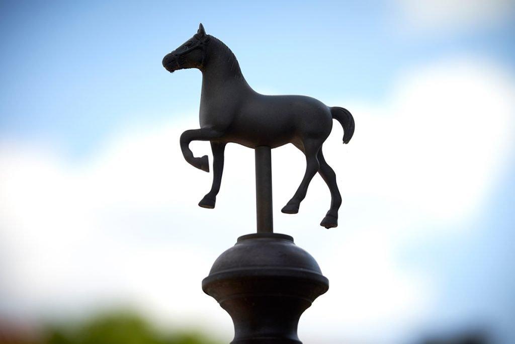 skulptur-pferd-traumhaftes-landleben-von-kartoffeln-pferden-und-blaubeerkuchen-foto-maike-helbig-fuer-www.myotherstories.de