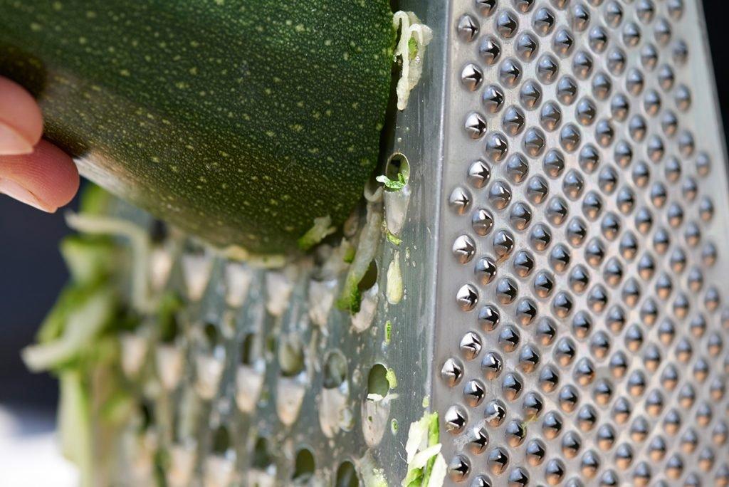 zucchini-reiben-fuer-kuchen-vom-bio-imker-honigsuess-und-super-saftig-foto-maike-helbig-fuer-www.myotherstories.de