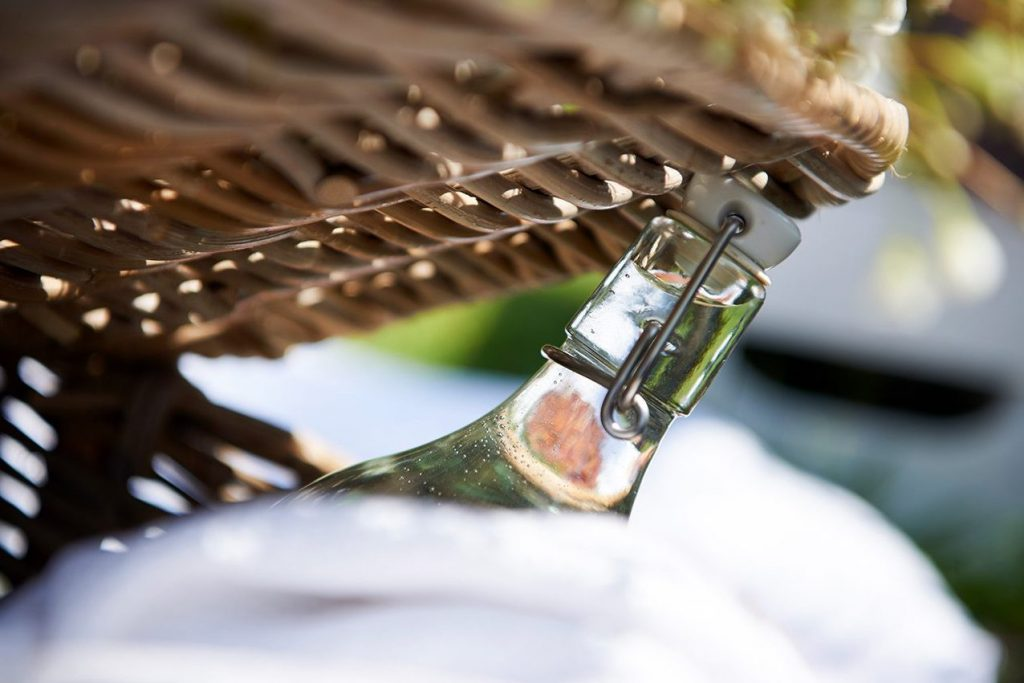 picknick-korb-fuer-karamellisierte-zwetschgen-tarte-mit-knusperboden-foto-maike-helbig-fuer-www.myotherstories.de