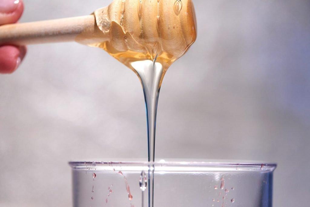 honig-fuer-himbeer-sauce-zur-panna-cotta-mit-weisser-schokolade-und-honig-foto-maike-helbig-www.myotherstories.de