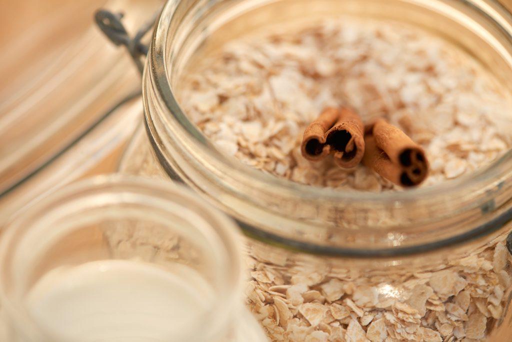 zutaten-fuer-warmes-zimt-porridge-mit-geschmolzenen-aepfeln-foto-maike-helbig-fuer-www.myotherstories.de