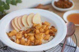 warmes-zimt-porridge-mit-geschmolzenen-aepfeln-foto-maike-helbig-fuer-www.myotherstories.de