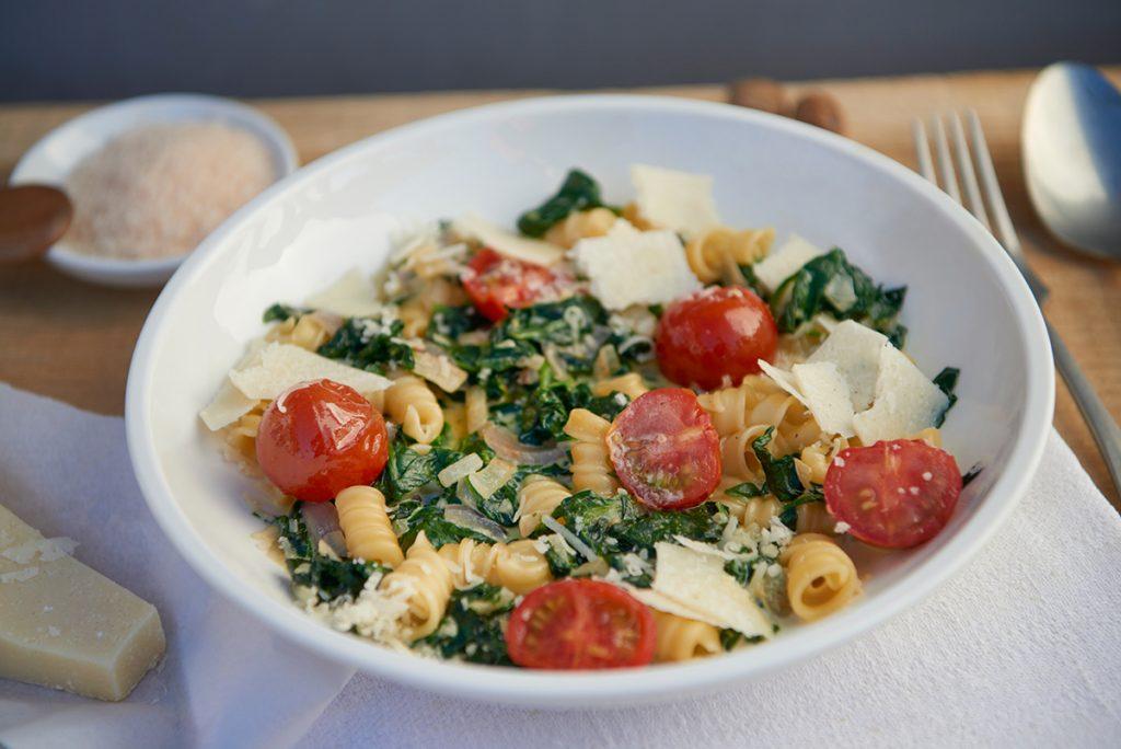 schnell-und-vegetarisch-pasta-mit-babyspinat-und-geschmolzenen-tomaten-foto-maike-helbig-fuer-bettina-bergwelt-myotherstories.de