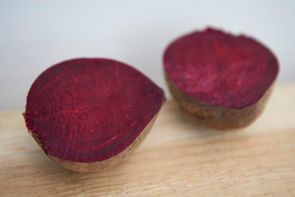 rote-bete-fuer-milde-rote-bete-suppe-mit-orangensaft-und-joghurt-foto-maike-helbig-fuer-bettina-bergwelt-myotherstories.de
