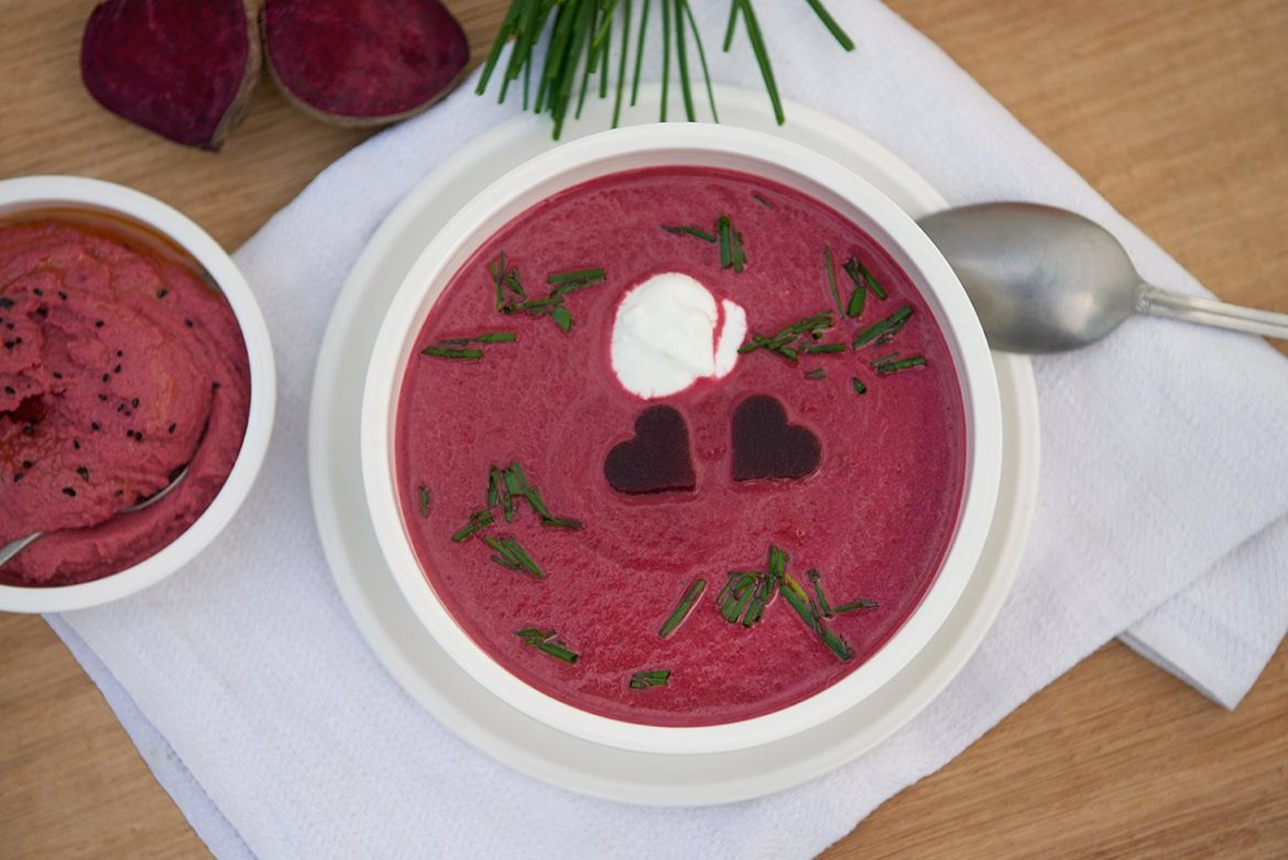rote-bete-suppe-angerichtet-foto-maike-helbig-fuer-bettina-bergwelt-myotherstories.de