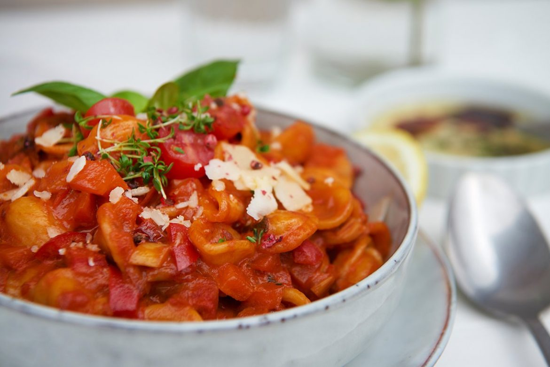 pasta-mit-cremiger-tomatensauce-und-gemuese-foto-maike-helbig-fuer-www.myotherstories.de