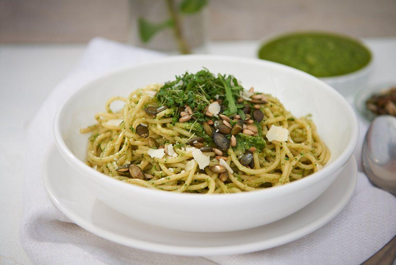 schnelle-pasta-mit-rucola-pesto-kraeutern-kernen-und-parmesan-foto-maike-helbig-www.myotherstories.de