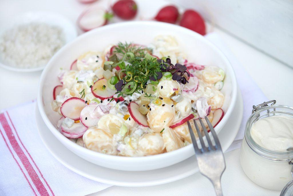 kartoffelsalat-mit-radieschen-gurke-und-leichter-Joghurtcreme-mit-senf-honig-und-kresse-foto-maike-helbig-fuer-www.myotherstories.de
