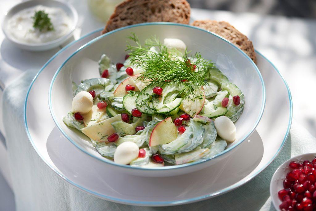 fruchtiger-gurkensalat-mit-mozzarella-und-granatapfel-foto-maike-helbig-fuer-www.myotherstories.de
