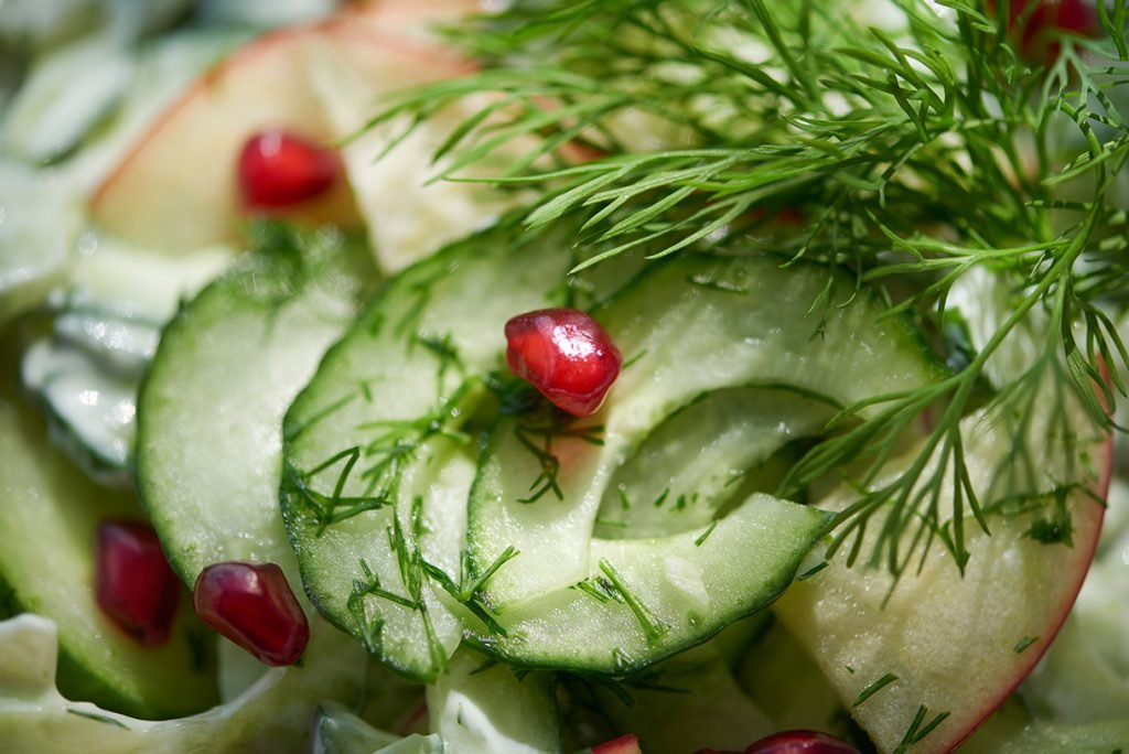 nahaufnahme-von-fruchtigem-gurkensalat-mit-mozzarella-und-granatapfel-foto-maike-helbig-fuer-www.myotherstories.de
