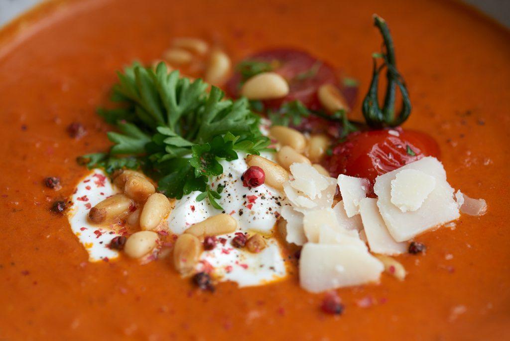 tomaten-karotten-suppe-mit-parmesan-und-joghurt-close-foto-maike-helbig-fuer-www.myotherstories.de