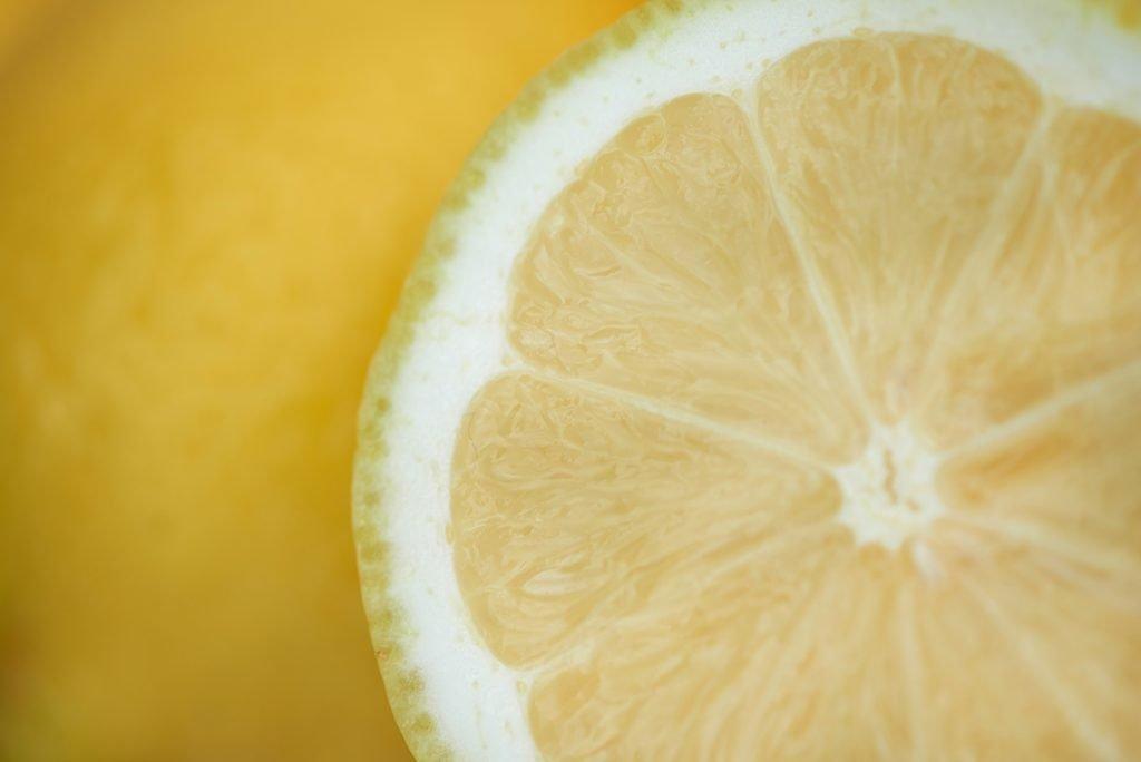 zitronen-fuer-chicoree-orangen-salat-mit-fruchtdressing-und-pinienkernen-foto-maike-helbig-fuer-www.myotherstories.de