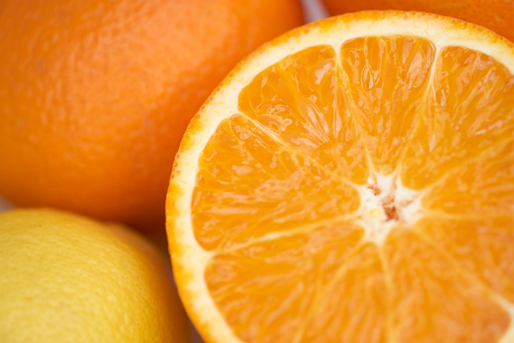 orangen-fuer-chicoree-orangen-salat-mit-fruchtdressing-und-pinienkernen-foto-maike-helbig-fuer-www.myotherstories.de