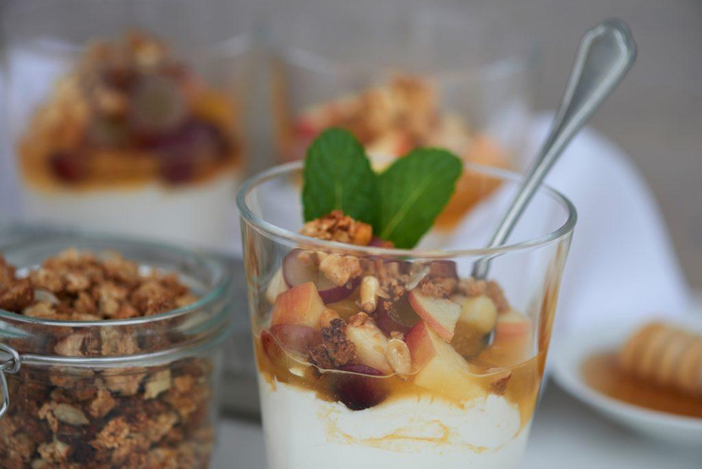 cremiges-joghurt-dessert-mit-mariniertem-obstsalat-nuessen-kernen-und-honig-foto-maike-helbig-fuer-www.myotherstories.de